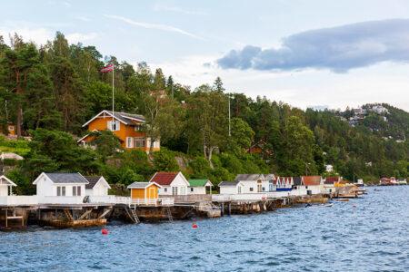 Kleine Häuser direkt an einem Fjord in Oslo