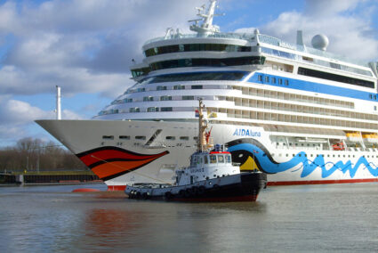 Schlepper und Aida-Kreuzfahrtschiff an der Meyer-Werft in Papenburg
