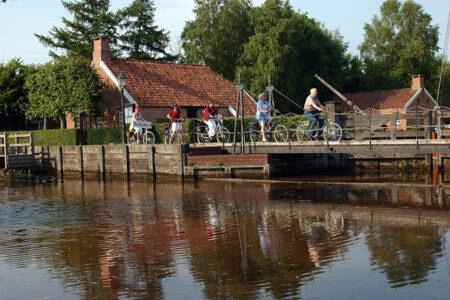 Radfahrer fahren durch die Von-Velen-anlage in Papnburg