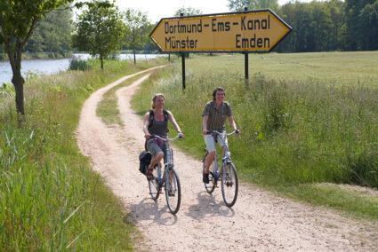 Fahrradfahrer fahren am Dortmund-Ems-Kanal entlang