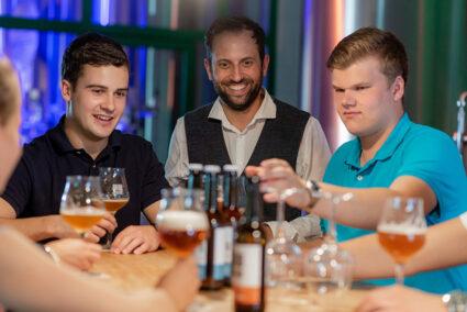 Gruppe macht Bierverköstigungn in der Potts Brauerei in Oelde