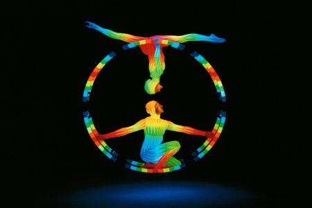 Zwei Künstler mit großem Ring im Schwarzlichttheater in Prag