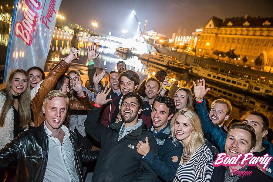 Ausgelassene Gruppe an Deck des Schiffes der Boatparty in Prag