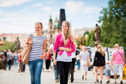 Zwei Touristinnen machen Sightseeing in Prag
