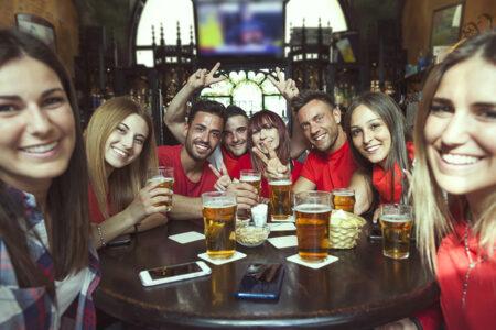 Glückliche Gruppe trinkt Bier in Prag