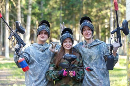 Gruppe spielt Paintball in Prag