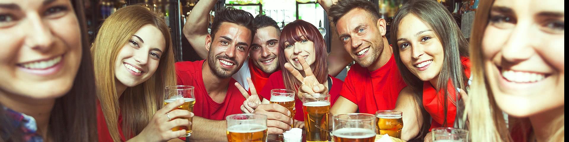Gruppe trinkt zusammen Bier in Prag