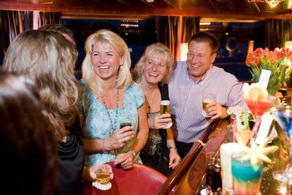 Gruppe trinkt gemeinsam Bier an der BAr auf der MPS Rembrandt van Rijn