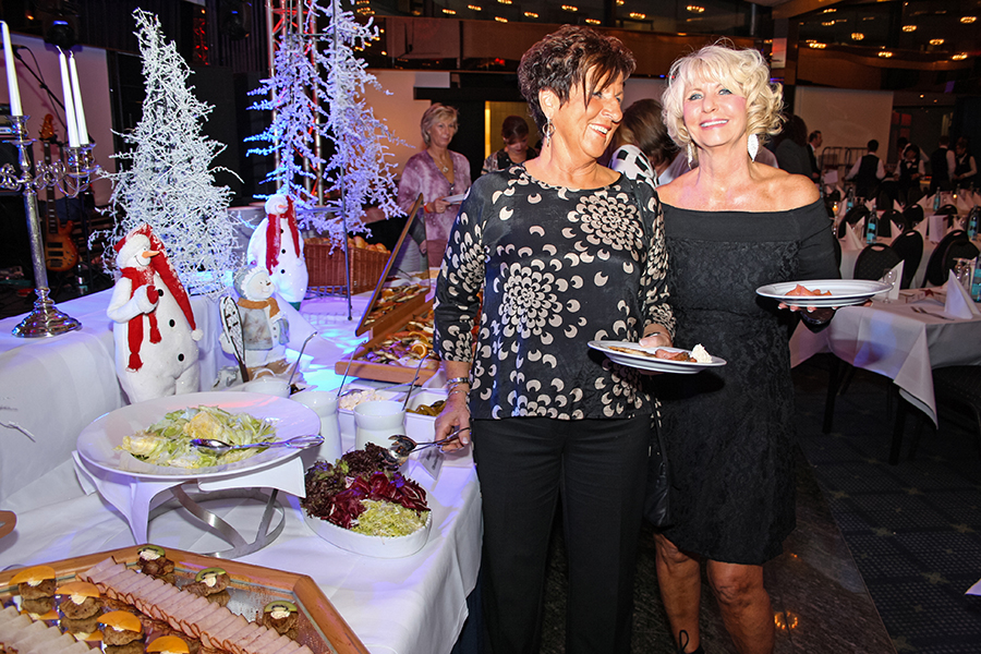 Frauen am Silvesterbuffet auf der MPS Rembrand van Rijn