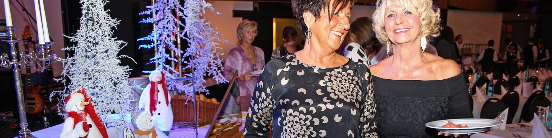 Frauen am Silvesterbuffet auf der MPS Rembrandt van Rijn