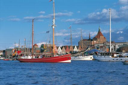 Große Schiffe im Stadthafen von Rostock
