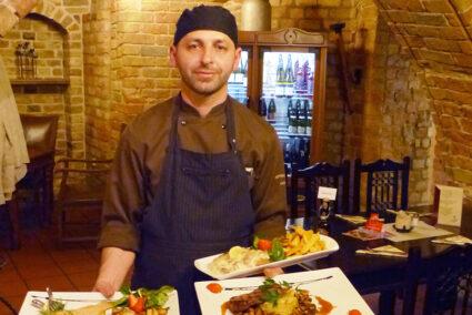 Koch präsentiert Essen im Restaurant Hopfenkeller in Rostock