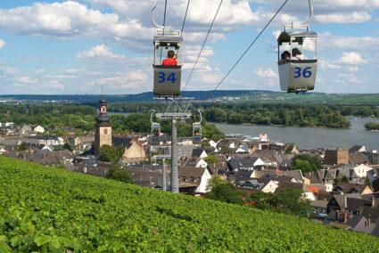 Seilbahn fahren über einem Weinberg in Rüdesheim