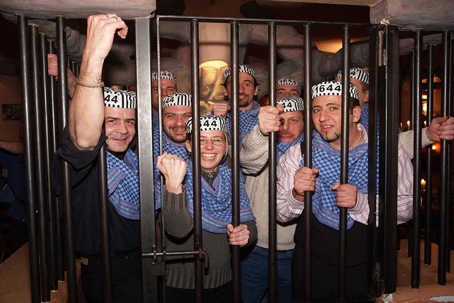 Gruppe im Gefängnis im Gefängnisrestaurant in Rüdesheim