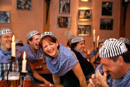 Ausgelassene Stimmung im Gefängnisrestaurant in Rüdesheim