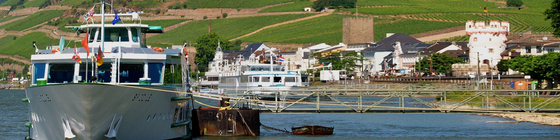 Schiff an einem Anleger in Rüdesheim