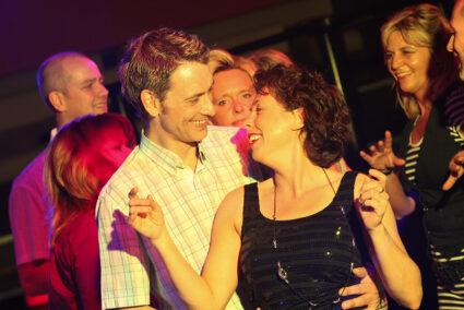 Pärchen tanzt gemeinsam in Schmallenberg