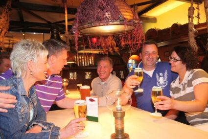 Gruppe trinkt gemeinsam Bier in Schmallenberg