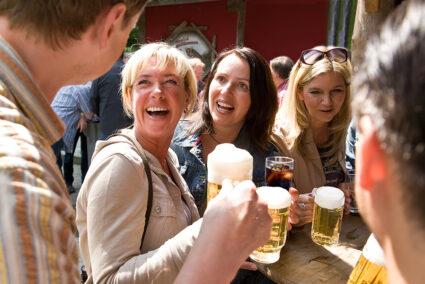Geselligkeit beim Straßenfest in Schmallenberg