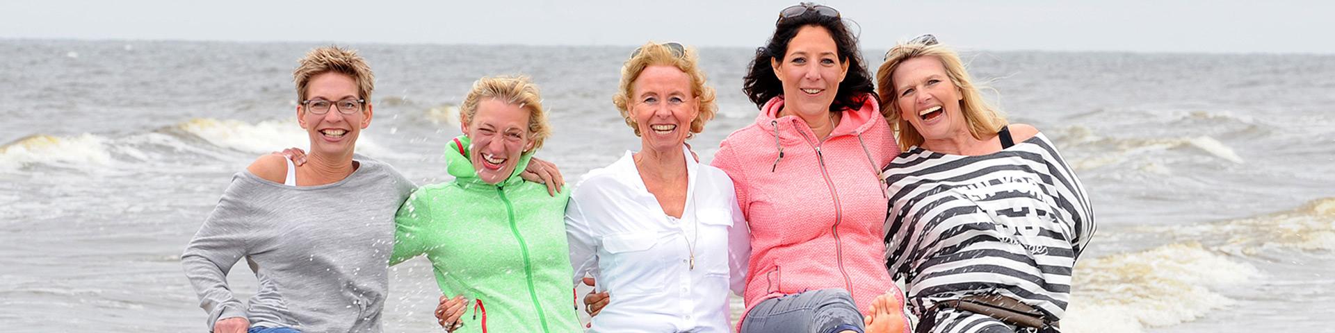 Fröhliche Frauengruppe am Strand von Norderney