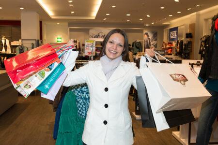 Frau mit vielen Shopping-Tüten im Outletcenter in Soltau