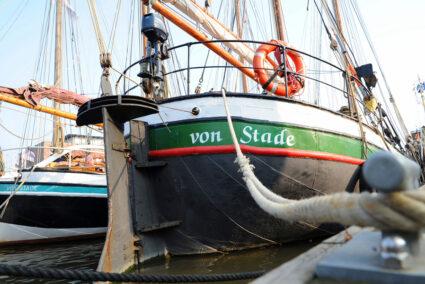 Schiffe im Hafen von Stade