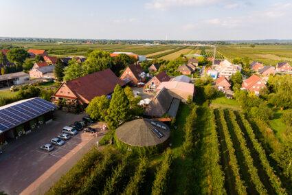 Luftansicht von einem Apfelhof im alten Land
