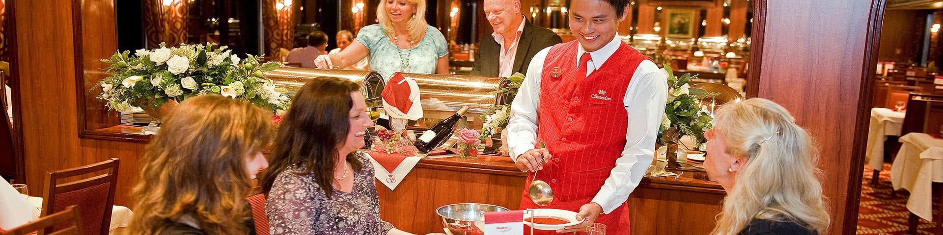 Kellner serviert Suppe am Tisch auf der MPS Statendam
