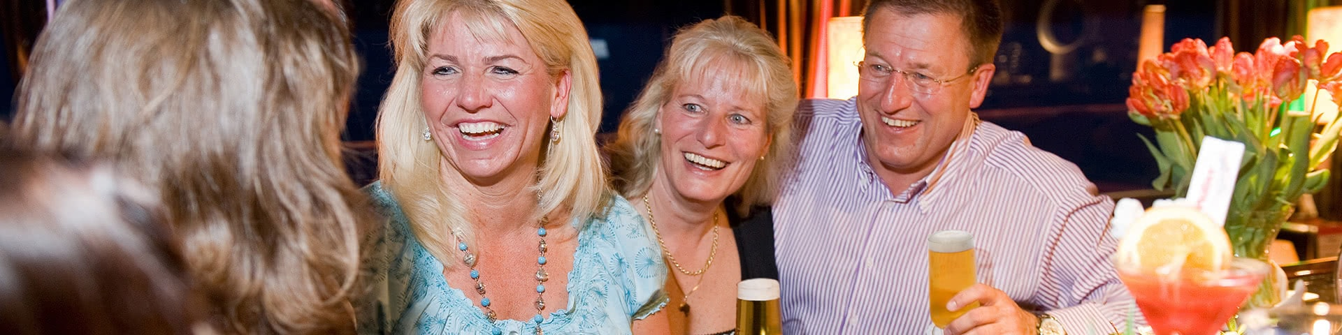 Gruppe trinkt gemeinsam Bier an der Bar auf der MPS Statendam