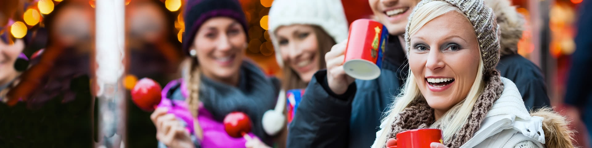 Gut gelaunte Gruppe auf einem Weihnachtsmarkt