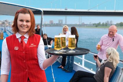Kellnerin reserviert Bier auf dem Deck der MPS Statendam