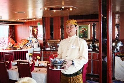 Kellner serviert Suppe auf der MPS Statendam