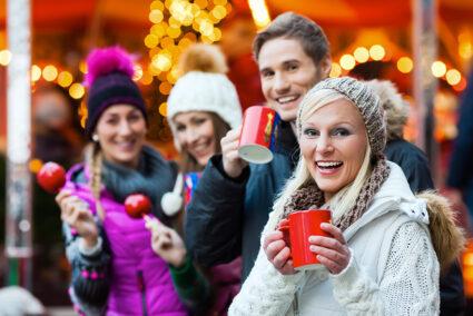 Fröhliche Gruppe auf einem Weihnachtsmarkt