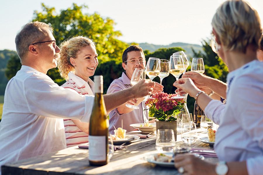 Gruppe trinkt gemeinsam Wein in Stromberg