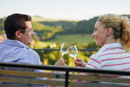 Pärchen trinkt gemeinsam Wein in Stromberg