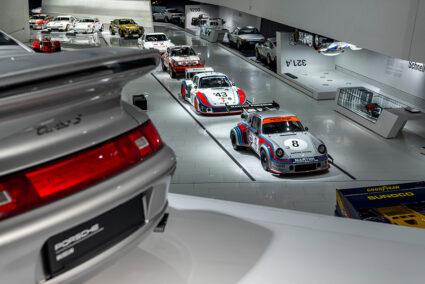 Verschiedene Autos von Porsche im Porsche-Museum in Stuttgart