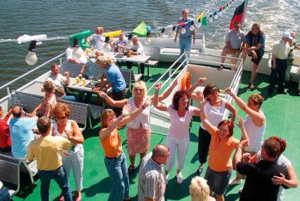 Party auf dem Deck eines Schiffes in Tiel