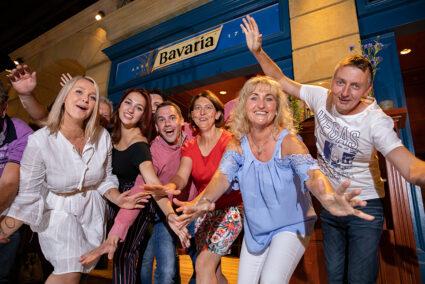 Fröhliche Gruppe vor der Bavaria-Bar in Tiel