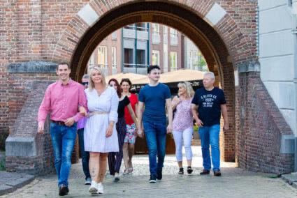 Gruppe spaziert durch die Innenstadt von Tiel durch ein Tor