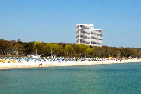 Außenansicht mit Strand vom Maritim Club Hotel Timmendorfer Strand
