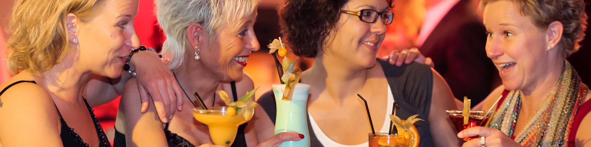 Frauengruppe trinkt Cocktails in Timmendorf