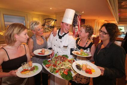 Frauengruppe mit Koch am Buffet in Timmendorf
