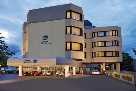 Außenansicht vom Best Western Hotel Trier City bei Dämmerung