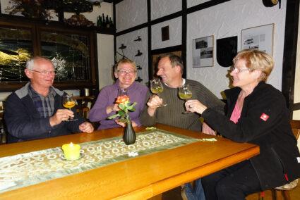 Gruppe trinkt gemeinsam Wein in Trier