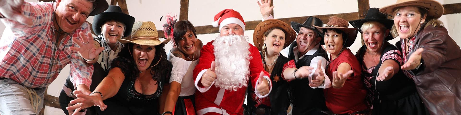 Gut gelaunte Wild-West-Gruppe mit Weihnachtsmann im Wangerland