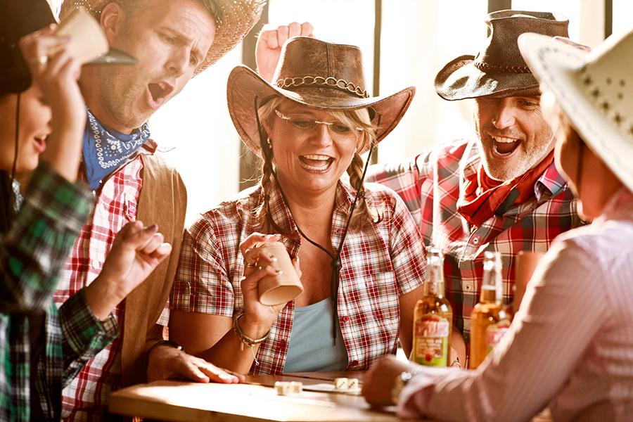 Cowboy-Gruppe spielt Würfelspiel im Wangerland