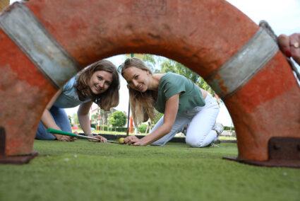 Zwei Frauen beim Minigolfen im Wangerland