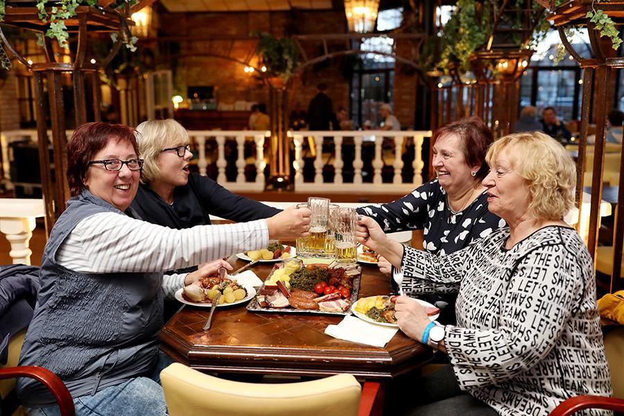 Gruppe stößt beim Kohlessen mit Bier an im Wangerland