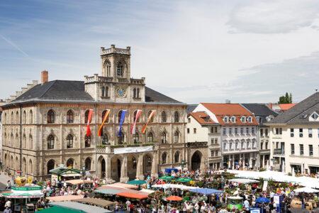 Belebter Marktplatz am Rathaus in Weimar