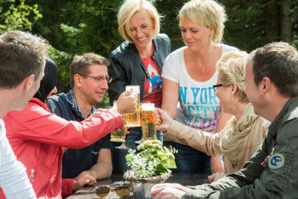 Gruppe trinkt gemeinsam Bier in Weimar-Hopfgarten